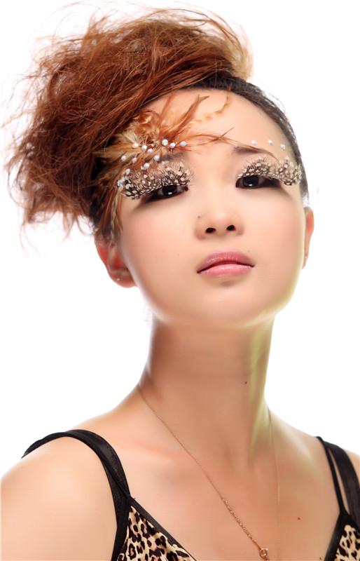 学时:12周 南京化妆培训南京化妆学校南京尚金彩妆学校商业彩妆全科班培训 本课程适合零基础的学员,通过系统化的学习掌握好化妆技能,具备娴熟的动手能力。旨在为化妆行业培养具备多项技能的高级专业人才。 学习内容:素描、色彩、美学、基础化妆理论、专业化妆工具的使用、专业化妆品的挑选与使用、粉底的类型与选择、粉底的性质与涂抹方法、面部结构于各种脸型的特征、眉的修剪与描画、眉形与脸型的搭配、眉形的矫正、眼线的种类与描画、假睫毛的佩戴、各种眼型的矫正、鼻的认识与各种鼻型的矫正、唇的认识与唇线的画法、各种唇形的矫正、腮